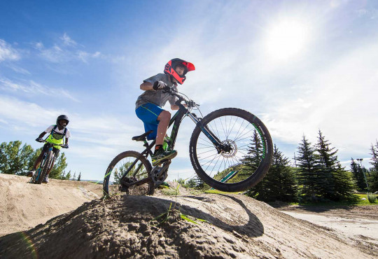 Winsport Mountainbiking twoexperiencedriderstraverseajump